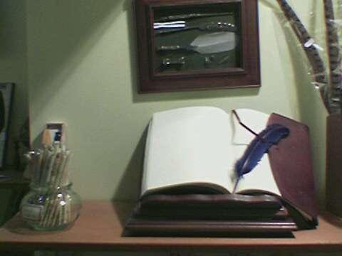Pennini, quaderni di pelle e carta da lettere.
